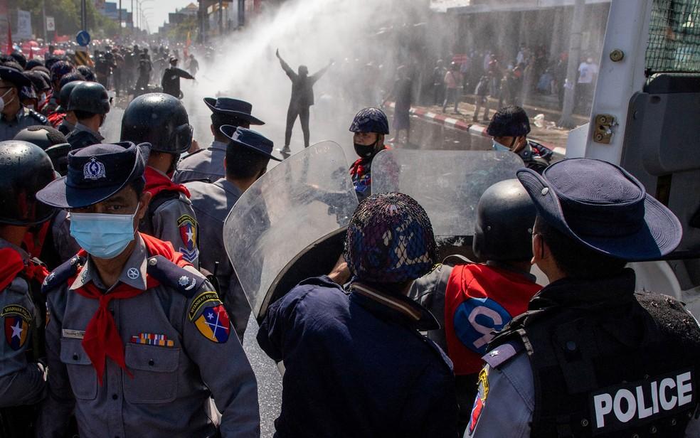 Polícia de Mianmar dispara canhões de água em manifestantes durante protesto contra golpe militar em Mandalay, na terça-feira (9) — Foto: STR/AFP