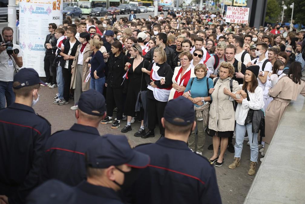 Manifestantes dão as mãos em protesto contra regime de Alexander Lukashenko em Belarus, nesta terça-feira (1º) — Foto: Tut.By via AP