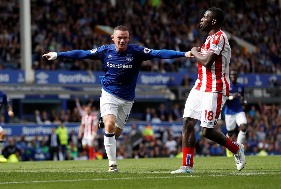 Atacante Rooney comemora gol com a camisa do Everton (Foto: Reuters)