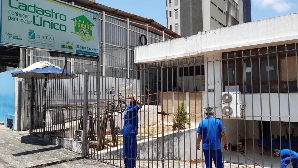Sede do Cadastro Único da Zona Sul de Natal, em Lagoa Nova, foi invadida e saqueada — Foto: Sérgio Henrique Santos/Inter TV Cabugi