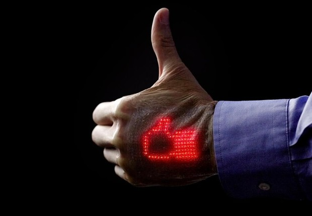 Tela de LED flexível ultrafina permite leitura de sinais vitais na pele do paciente (Foto: Divulgação)