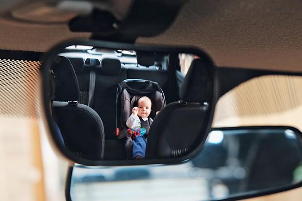 Espelho retrovisor para ver as crianças é a melhor opção dos 3 testados (Foto: Valter Bicudo/Autoesporte)
