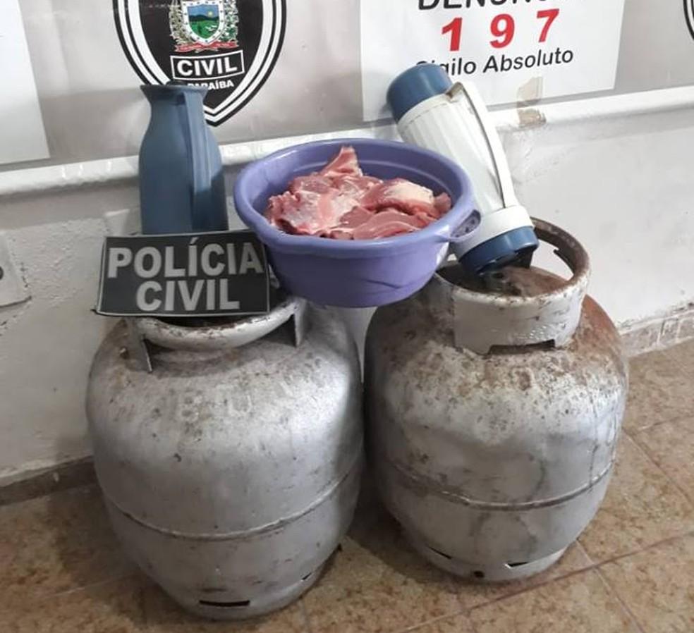 Com os suspeitos foram encontrados dois botijões de gás, duas garrafas térmicas e pedaços de carne — Foto: Polícia Civil/Divulgação