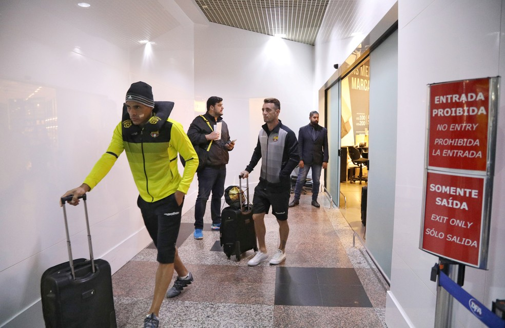 Jogadores Barcelona chegaram em Avião da Força Aérea do Equador (Foto: Reuters)