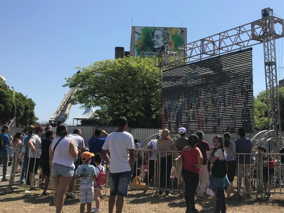 Telão instalado na Esplanada, por onde público acompanhou desfile (Foto: Maria Fernanda Soares/TV Globo)