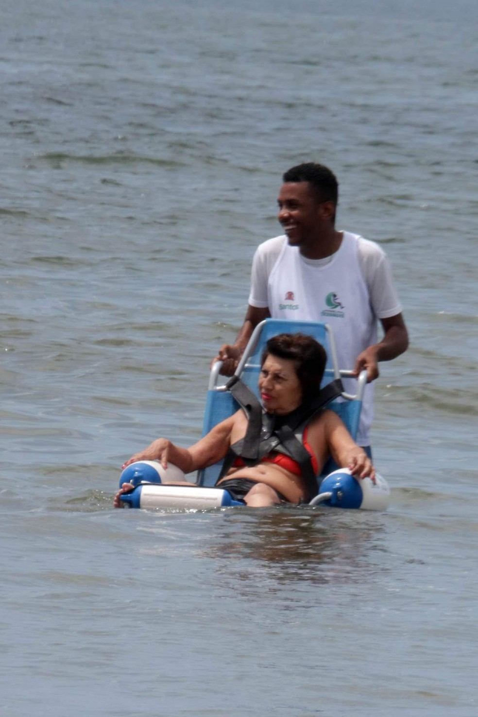 'Praia Acessível' recebe duas novas cadeiras para levar pessoas com mobilidade reduzida ao mar, em Santos. — Foto: Divulgação/Prefeitura de Santos