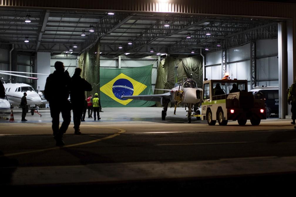 Caça da FAB Gripen ficou em hangar em Santa Catarina antes de partir no primeiro voo — Foto: Saab/Divulgação