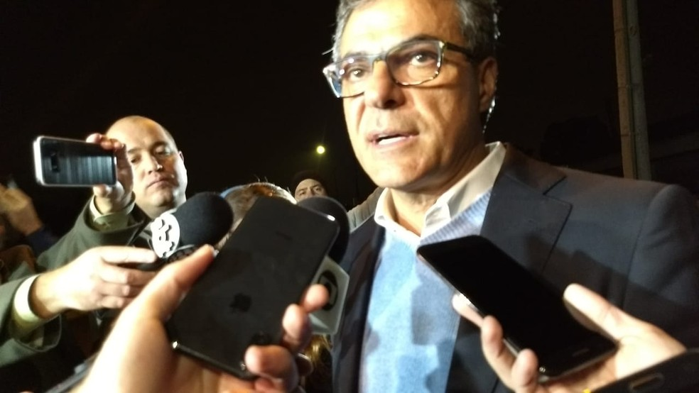 Beto Richa se pronuncia ao sair da prisão. — Foto: Tarcísio Silveira/RPC