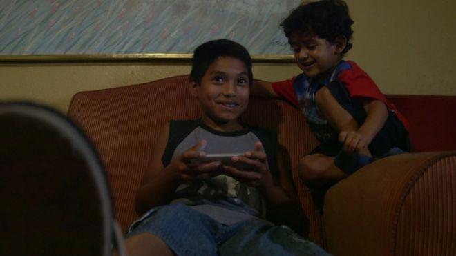 Os dois irmãos Brayan e Yair não poderão ver o pai, que foi deportado, pelos próximos cinco anos (Foto: Paul Harris/BBC)