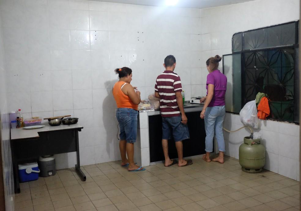 A cozinha não geladeira nem armários (Foto: Inaê Brandão/G1 RR)