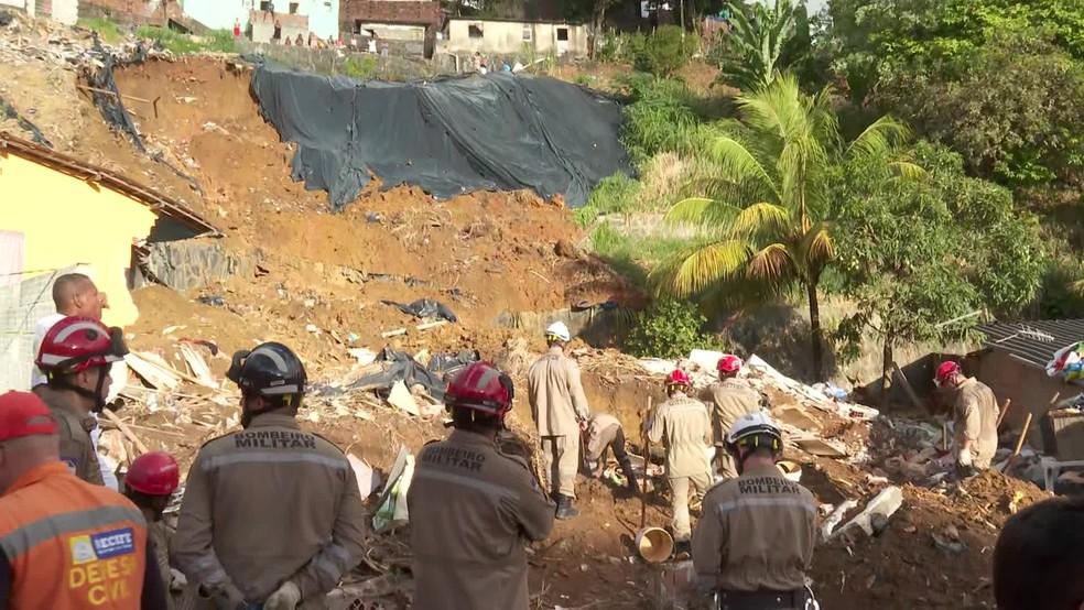 Deslizamento aconteceu no bairro de Dois Unidos, na Zona Norte do Recife — Foto: Reprodução/TV Globo
