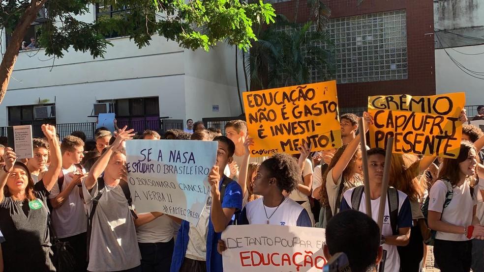 Alunos, pais e professores de institutos federais afetados por corte de verbas do MEC fizeram protesto na Tijuca — Foto: Fernanda Rouvenat / G1