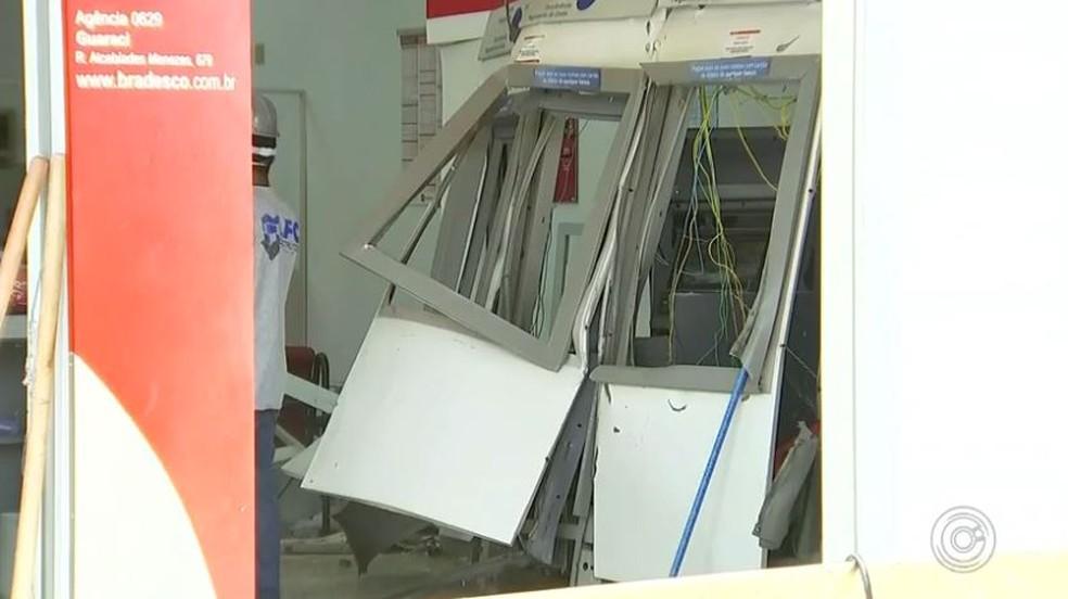 Caixas eletrônicos de agência bancária de Guaraci (SP) ficaram danificados (Foto: Reprodução/TV TEM)
