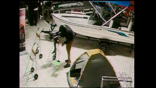 Câmera de segurança flagra ação de criminosos em loja de Santo Ângelo