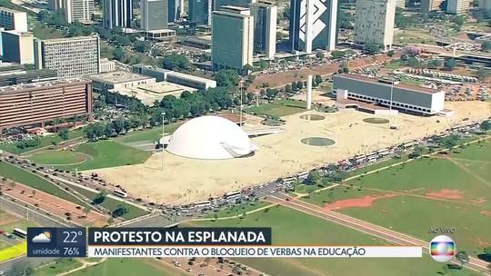 Manifestantes protestam contra o corte de verbas na educação