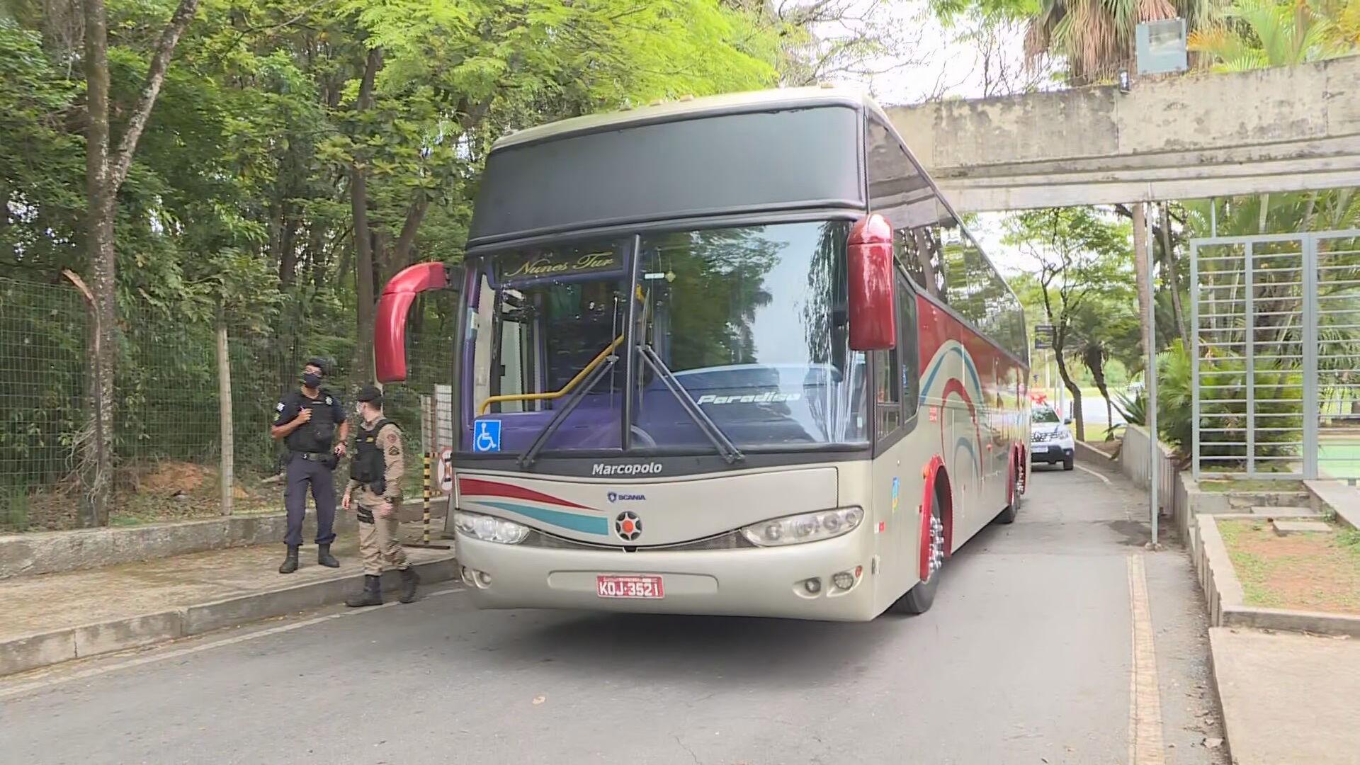 Ônibus de excursão fica preso em estrutura de concreto na entrada do Zoológico de BH