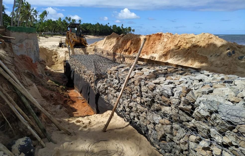 Obras de contenção está sendo realizada em frente a resort na Bahia — Foto: Arquivo pessoal