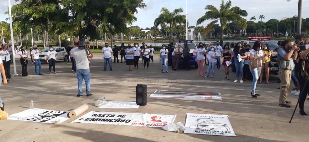 Manifestantes se reuniram no Parque da Lagoa, em João Pessoa, pedindo justiça para Patrícia Roberta — Foto: Arquivo/Movimento de Mulheres Olga Benário