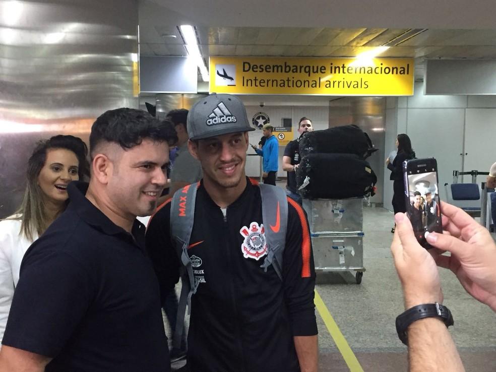Jogadores do Corinthians enfrentaram horas em aeroportos nos últimos dias (Foto: Marcelo Braga)