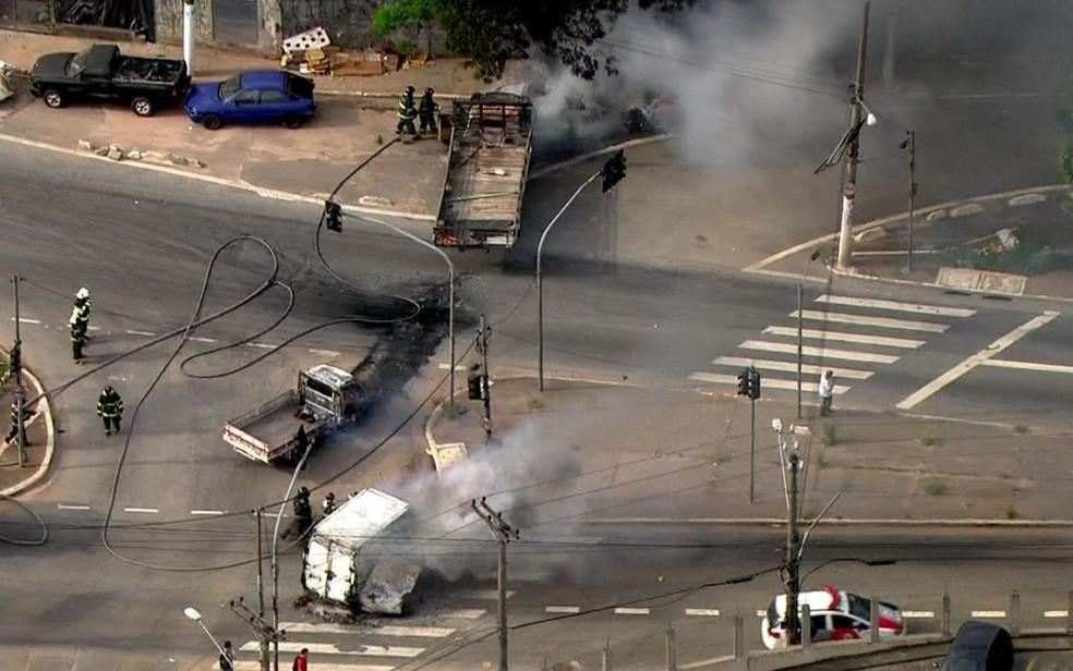Bombeiros apagam fogo em veículos incendiados por criminosos em SP (Foto: Reprodução/TV Globo)