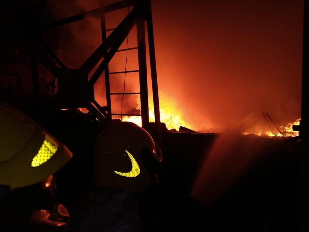 Bombeiros usaram 120 mil litros de água — Foto: Corpo de Bombeiros/Divulgação