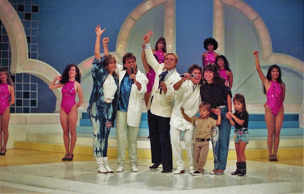 Gugu Liberato (no meio) com Adenair Lima, Chitãozinho, Xororó, Noely Pereira, Júnior e Sandy no 'Viva a noite', em 1988 — Foto: Moacyr dos Santos/Acervo do SBT