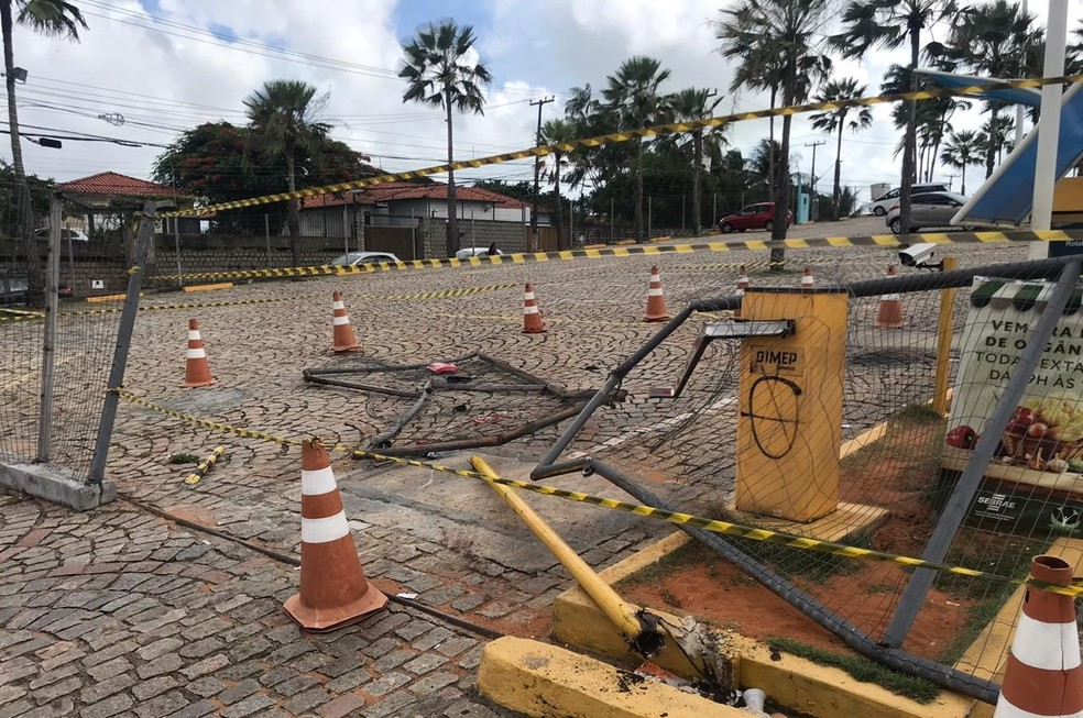Caminhão quebrou a cancela e invadiu o estacionamento do shopping Via Direta — Foto: Kleber Teixeira/Inter TV Cabugi