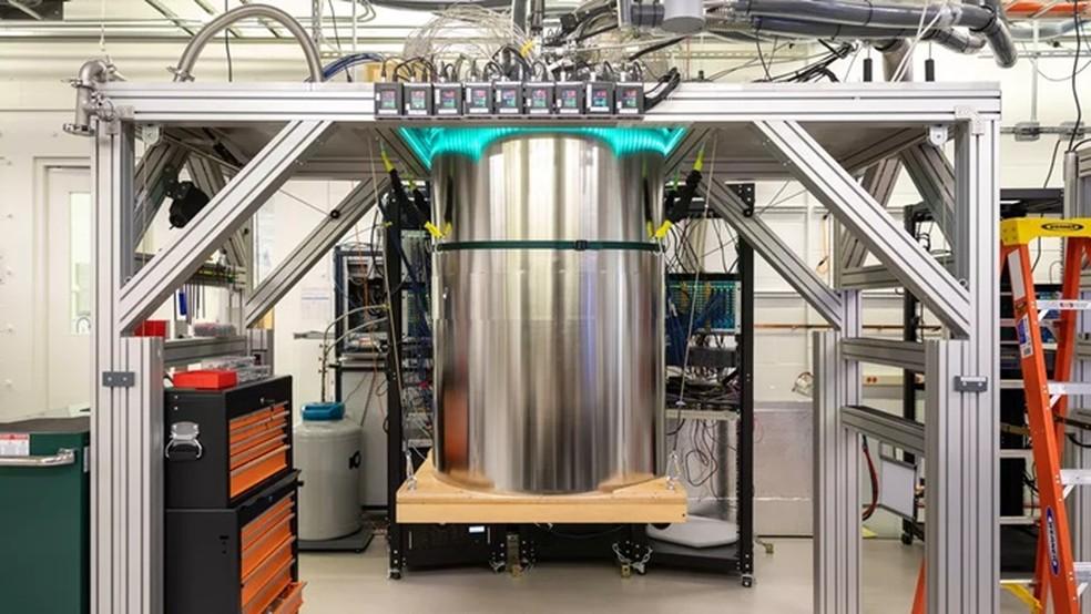 Computador Sycamore é mantido em tubo metálico que preserva temperatura praticamente negativa — Foto: Reprodução/Stephen Shankland/CNET