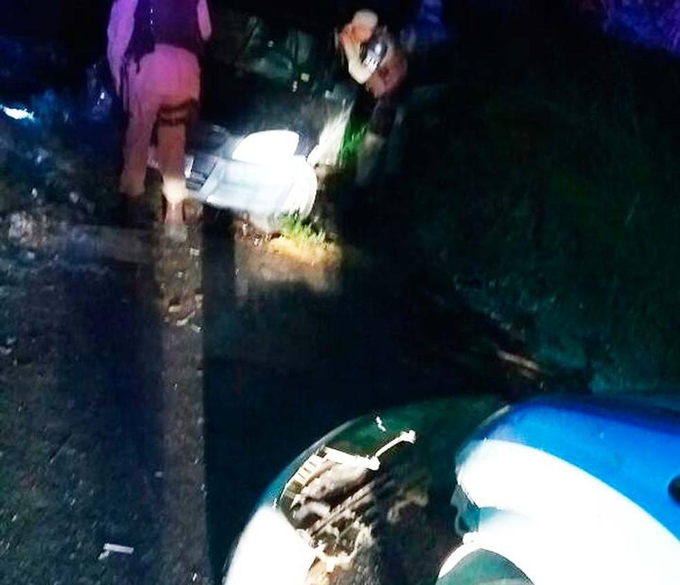 Casal foi flagrado pela polícia fazendo sexo dentro de carro e na tentativa de fuga, bateu em viatura da PM no sudoeste da Bahia (Foto: Frarlei Nascimento/Blitz Conquista)