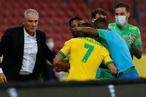 Richarlison comemora com Tite seu gol contra o Equador