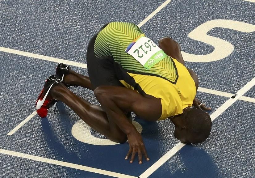 O jamaicano beija a pista de atletismo: novamente o número 6