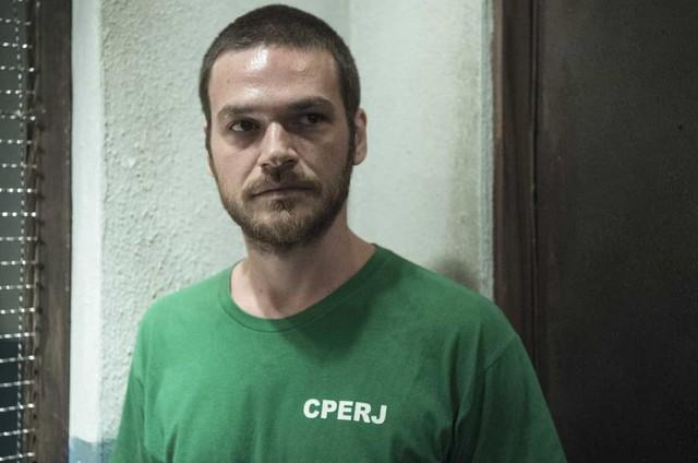 Anos depois, Rubinho se envolve com o tráfico de drogas e acabará preso (Foto: Reprodução)