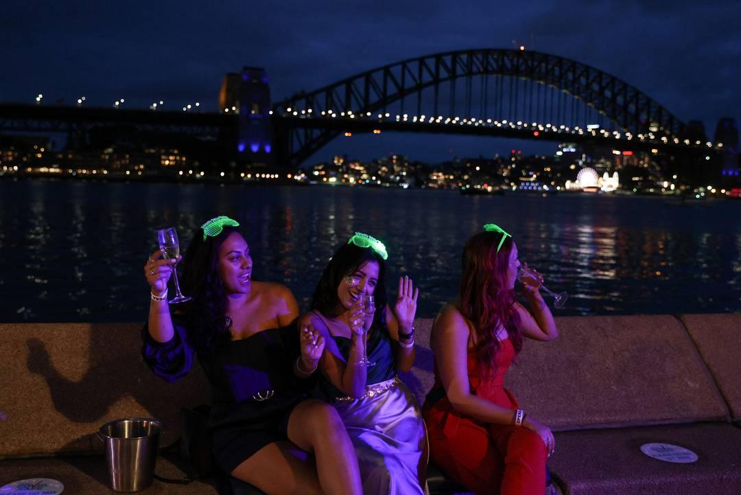 Pessoas começam a comemorar o Ano Novo em Sydney, na Austrália