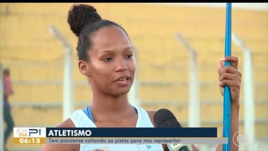 """Mãe aos 22, atleta volta às pistas após gravidez e revela rotina de treinos com a filha: """"Não é fácil"""""""