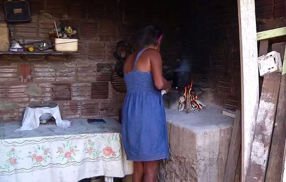 Dona Odeiza Nunes deixou de usar o fogão a gás há 4 meses (Foto: Reprodução/Inter TV Cabugi)