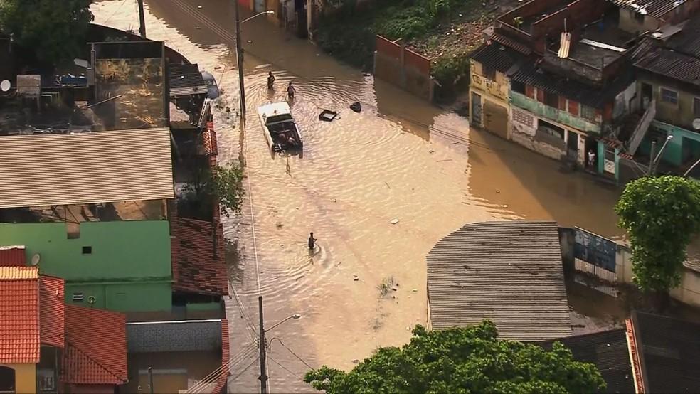O Rio Acari transbordou e moradores da área ficaram com água na altura das coxas — Foto: Reprodução/TV Globo