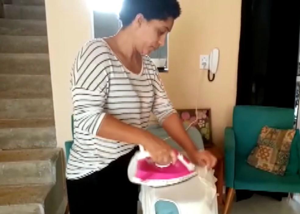 Jossiane Grazielle Lopes Andrade Martins com o ferro consertado pelo idoso de Araras — Foto: Reprodução/EPTV