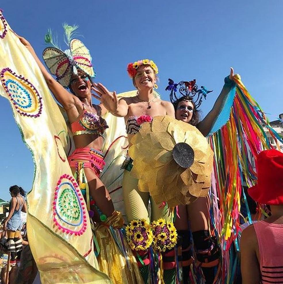 De perna de pau, mulheres aproveitam a 'Abertura Não Oficial' do carnaval de rua no bloco Vem Cá, Minha Flor — Foto: Fábio Fabato/Arquivo pessoal