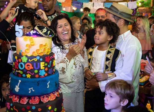 Roque canta Parabéns em família (Foto: Felipe Panfili/Divulgação)