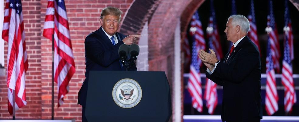 Donald Trump, presidente dos EUA, aponta para Mike Pence, candidato a se reeleger vice pelo Partido Republicano, após discurso nesta quarta (26) — Foto: Jonathan Ernst/Reuters