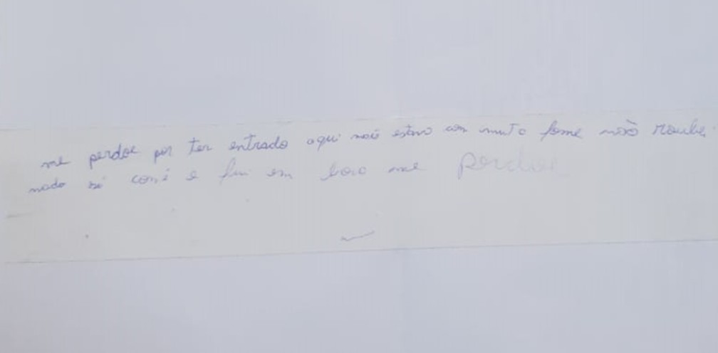"""""""Me perdoe por ter entrado aqui. Estava com muita fome, não roubei nada. Só comi e fui embora. Me perdoe"""", dizia o bilhete. — Foto: Divulgação/Guarda Municipal"""
