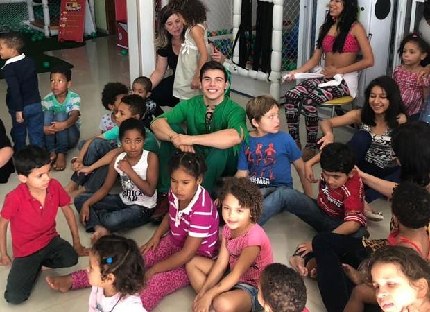 Thomaz Costa, padrinho da ação solidária, entre as crianças do orfanato (Foto: Divulgação)