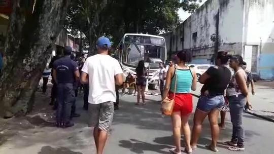 Vendedores ambulantes bloqueiam rua em protesto no centro de Maceió