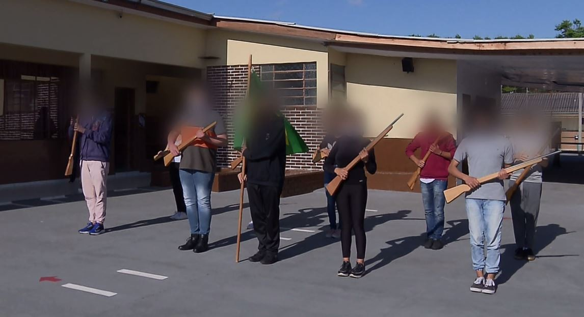 Vídeo mostra estudantes fazendo atividade com simulacros de armas de fogo em escola cívico-militar, em Curitiba