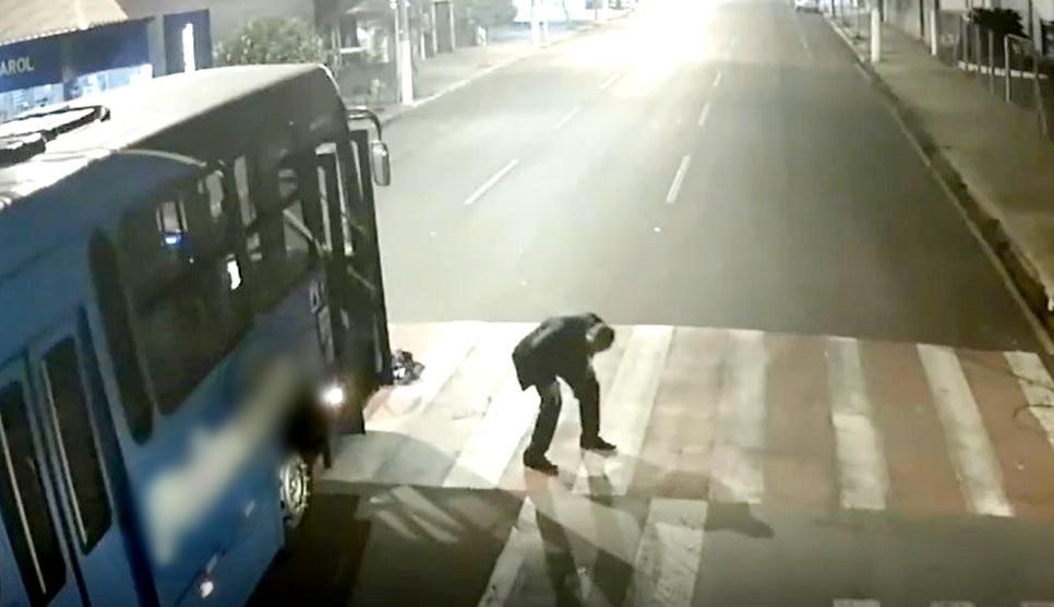 Motociclista sai ileso após parar embaixo de ônibus durante acidente em cruzamento de Ourinhos; vídeo