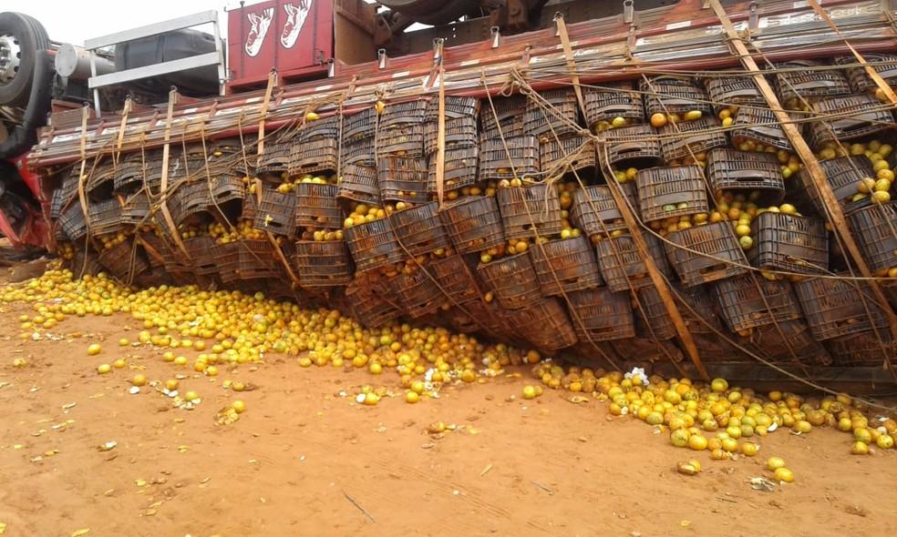 Carga se espalhou pela via após o acidente entre Ubirajara e São Pedro do Turvo  — Foto: Arquivo pessoal