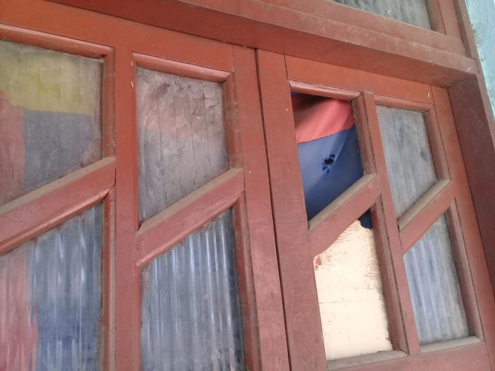 Vários móveis foram atingidos pelos disparos durante chacina. — Foto: Cid Vaz / TV Bahia