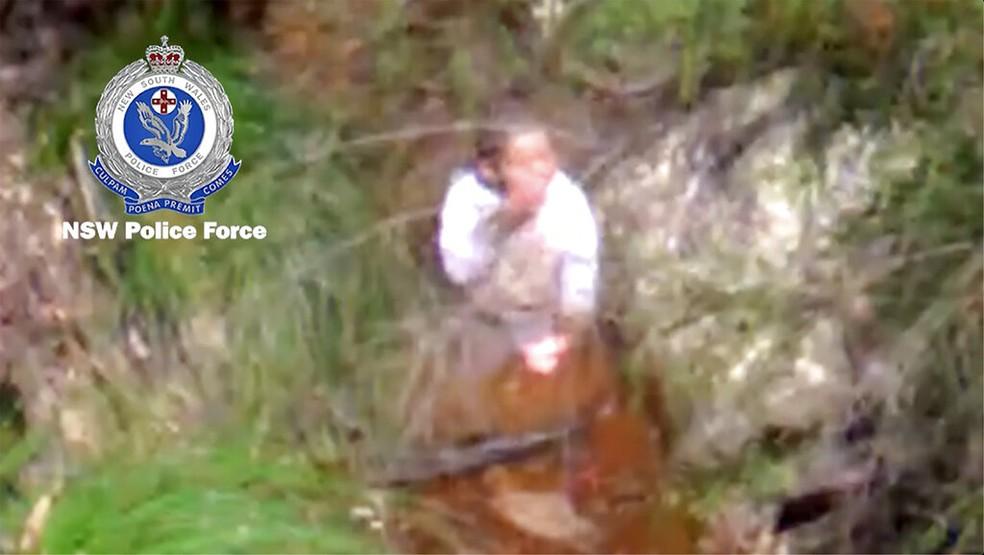 Anthony Elfalak, um menino de 3 anos, bebe água de um riacho; ele ficou três dias perdido em uma mata na Austrália — Foto: Polícia de New South Wales/Via AP