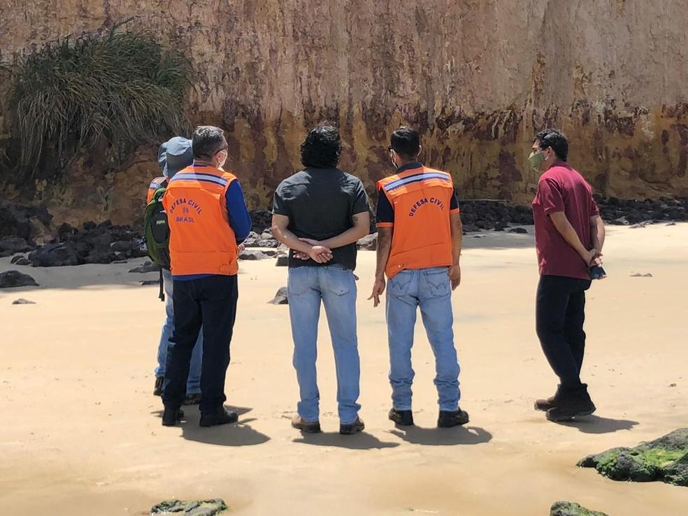 Equipe da Secretaria Nacional de Proteção e Defesa Civil concorda com interdição no trecho — Foto: Emilly Virgílio/Inter TV Cabugi