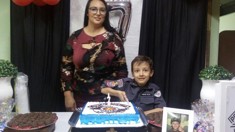 Silas Lima corta o bolo ao lado da mãe, Adilma, durante festa de aniversário em Cosmópolis (Foto: Abimael Lima/Arquivo pessoal)